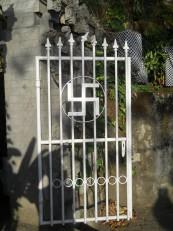 Senggigi : L'entrée du temple, avec le symbole « svastika » qui représente ici l'éternité et le dieu Ganesh