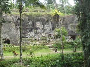 Tampaksiring : Les candi (sanctuaires) en forme de statues taillées dans la roche