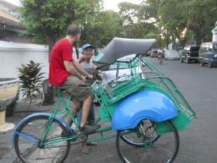 Jogjakarta : Seb teste le becak, pas si facile que cela à manier !