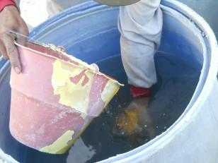 Il est ensuite solidifié au contact de l'eau