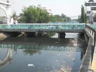 Jakarta : Les eaux polluées et un homme qui dort sous le pont