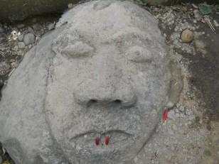 Un visage taillé dans le sol juste devant la Red Coral Cascade
