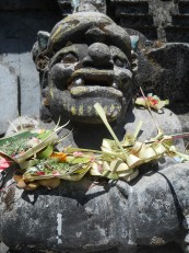 Une divinité couverte d'offrandes à l'entrée d'un temple, juste à côté du Danau Buyan
