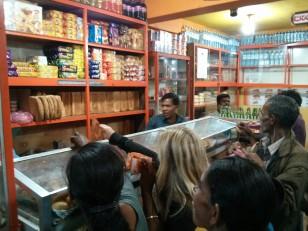 Haputale : Au Sri Lanka, pour être servis, il faut tendre son billet et le mettre sous le nez du vendeur !