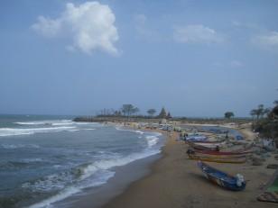Mahabalipuram : La vue depuis l'hôtel Santana, avec au fond, le Shore Temple (Temple du Rivage)