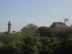 Mahabalipuram : La colline autour de l'Arjuna's Penance, avec son phare et ses temples