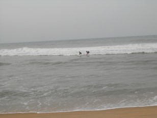 Mahabalipuram : Des jeunes en train de surfer
