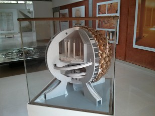 Auroville : Le centre d'information avec la maquette du Matrimandir,  le lieu de méditation des Aurovilliens