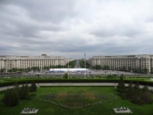 Bucarest: La vue depuis la terrasse sur la grande place et le boulevard Unirii