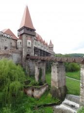 Hunedoara: Le château avec l'entrée principale et le pont-levis