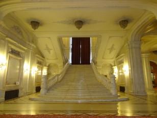 Bucarest: L'escalier d'honneuravec ses rideaux de 16 mètres de hauteur