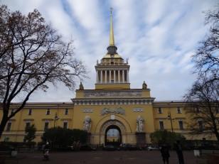 Saint-Pétersbourg: L'amirauté, l'emblème de la ville qui est facilement repérable avec son aiguille dorée