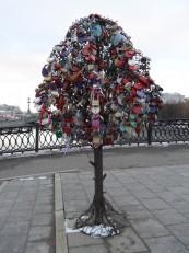 Moscou: Le pont Loujkov avec ses arbres à cadenas